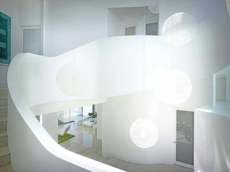 Innenarchitektur der home-lobby die glaswände bieten meerblick durch ein strandhaus in malibu