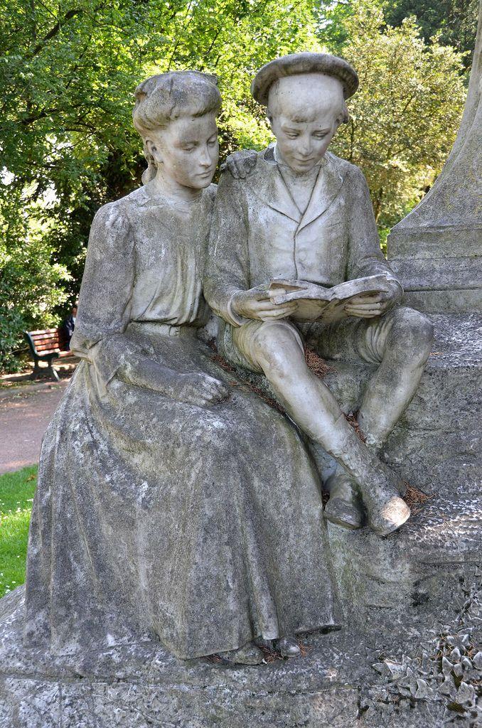 Amiens - Place du Maréchal Joffre - Statue de Jules Verne (par Albert Roze) - Détail. . Jules Verne est représenté en buste, le regard tourné vers le boulevard qui porte son nom. Au pied du monument, des enfants de pierre sont plongés dans la lecture.