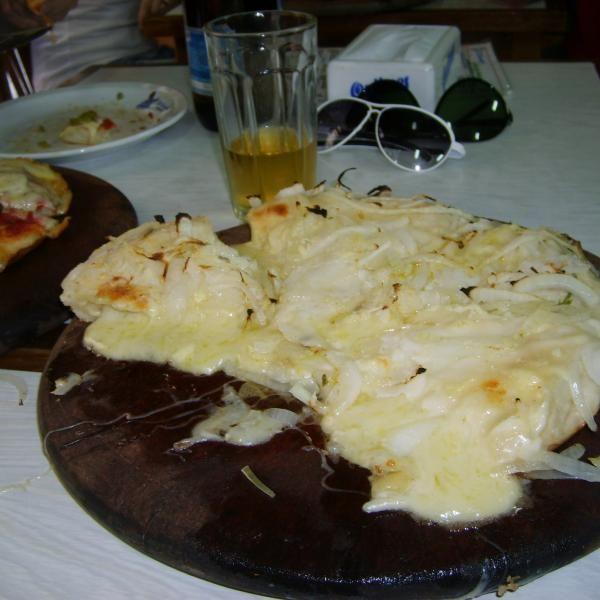 Aprende a preparar pizza fugazzeta con esta rica y fácil receta.  La pizza fugazzeta, aunque tiene su origen en Italia, es un plato que ha consolidado y perfeccionad...