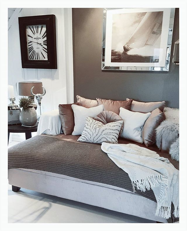 God morgen❄❄ Iskaldt ute idag, så da er det godt og kunne holde seg inne Ha en flott dag alle sammen #coldoutside #home #homedecor #instagram #instahome #daybed #interior4you1 #interior125 #interior4all #interior #inspohome #inspire_me_home_decor #ninterior #passion4interior #shabbyyhomes #heminspiration #finehjem #myinterior #myhome #bolig #velvet