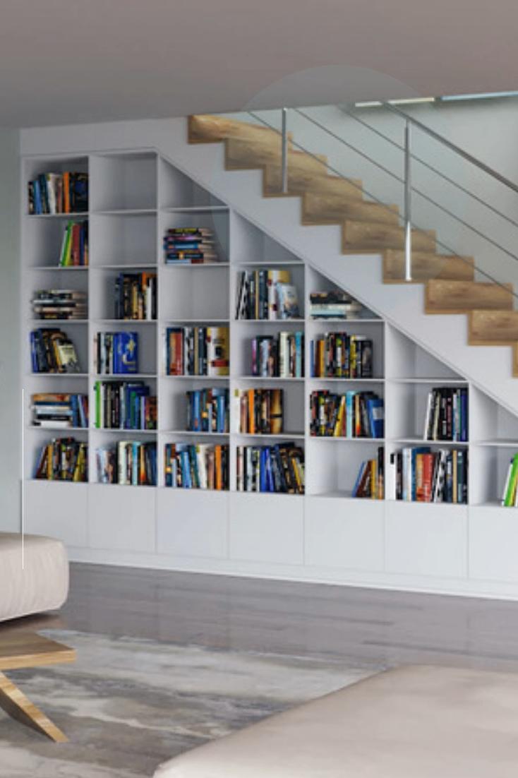 Wohnwand unter einer Treppe