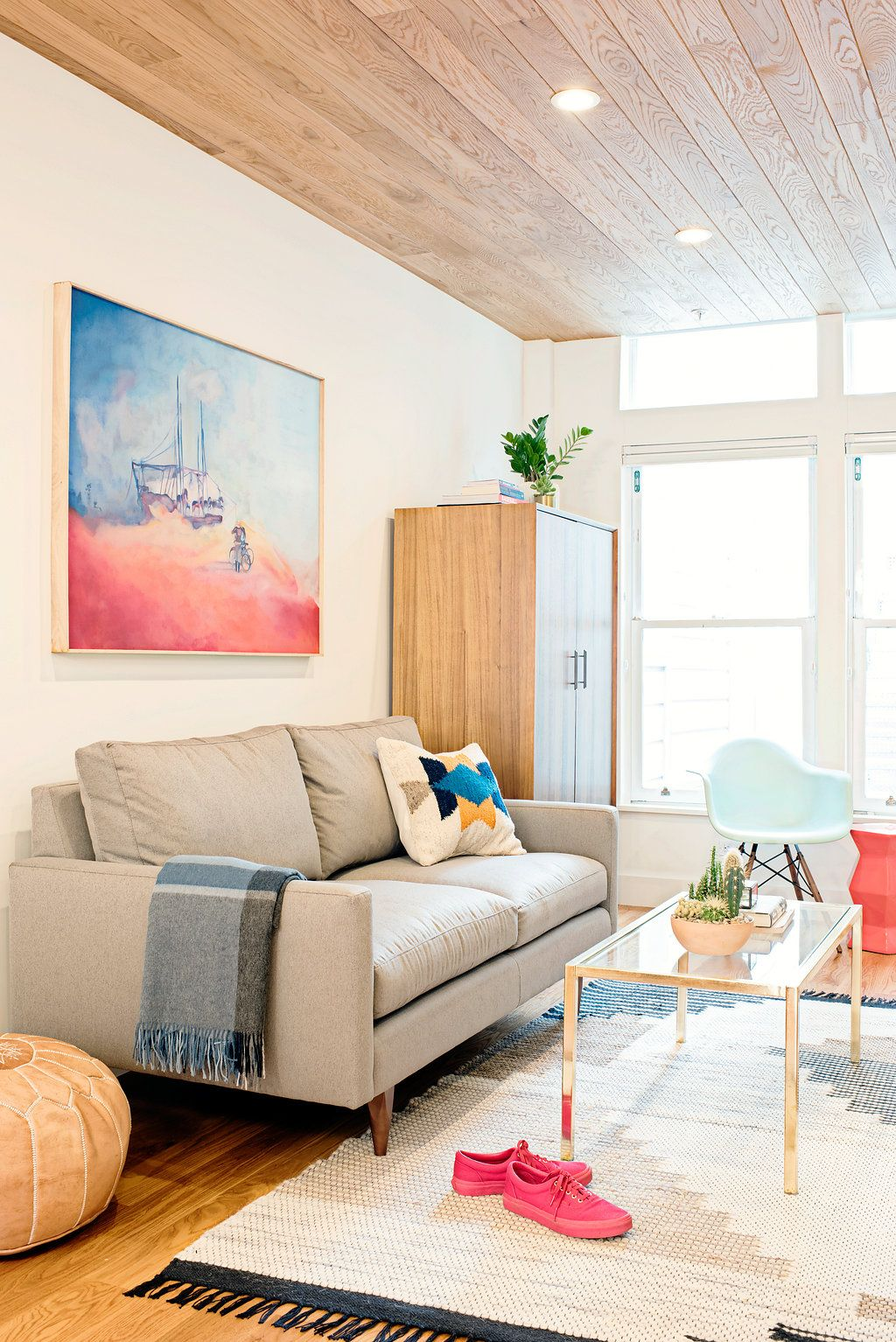 Nice Living Rooms Designs: Light And Bright Living Room With A Wood Plank Ceiling And