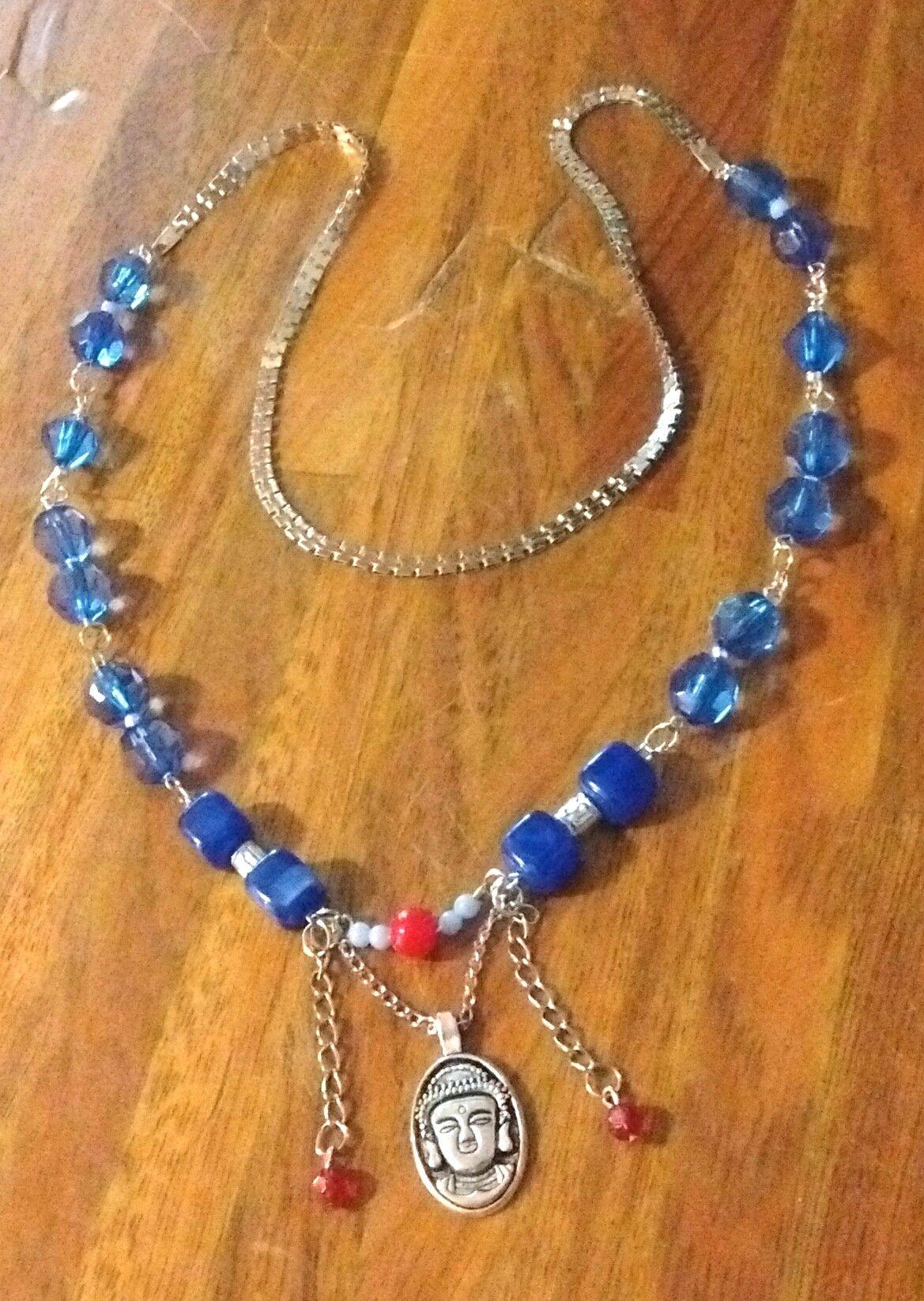 fbb55c6938a8 Collar cadena plateada azul con detalles en rojo