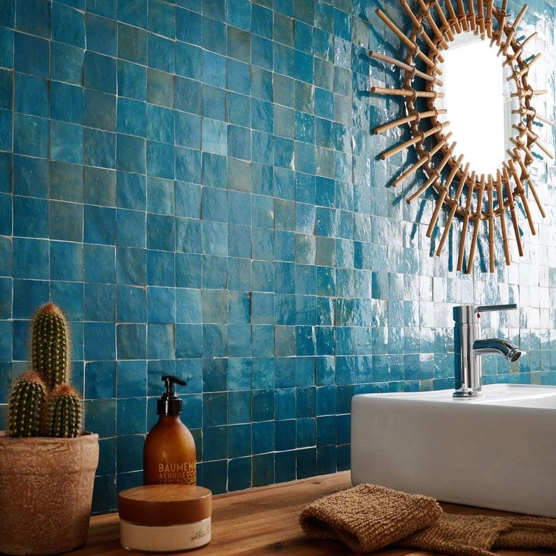Une Mosaique Bleu Paon Pour Une Superbe Salle De Bains Leroy Merlin Carrelage Salle De Bain Salle De Bain Extraordinaire Mosaique Salle De Bain