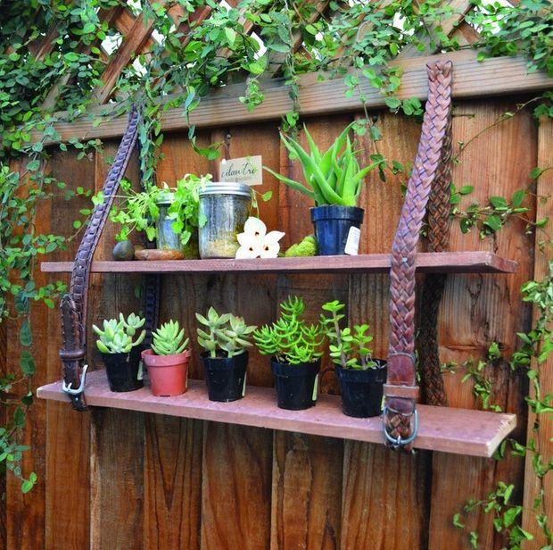 Schon Wandgestaltung Garten Mit Holzbrettern Und Ledergürteln