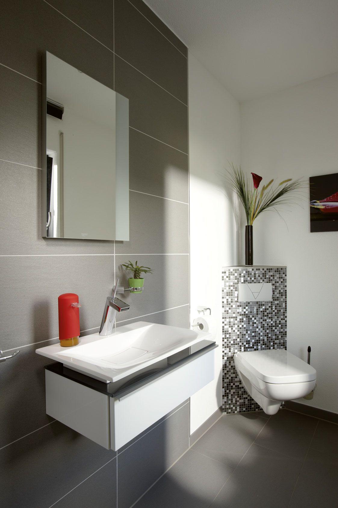 Elegantes Bad Mit Eingearbeiteten Mosaikfliesen Kleines Bad Fliesen Mosaikfliesen Gaste Wc Gestalten