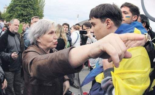 De geschiedenis moet nu even in de koelkast - Onrust in Oekraïne - TROUW Een pro-Russische vrouw in discussie met een demonstrant voor Oekraïense eenheid in de oostelijke stad Donetsk. © afp.