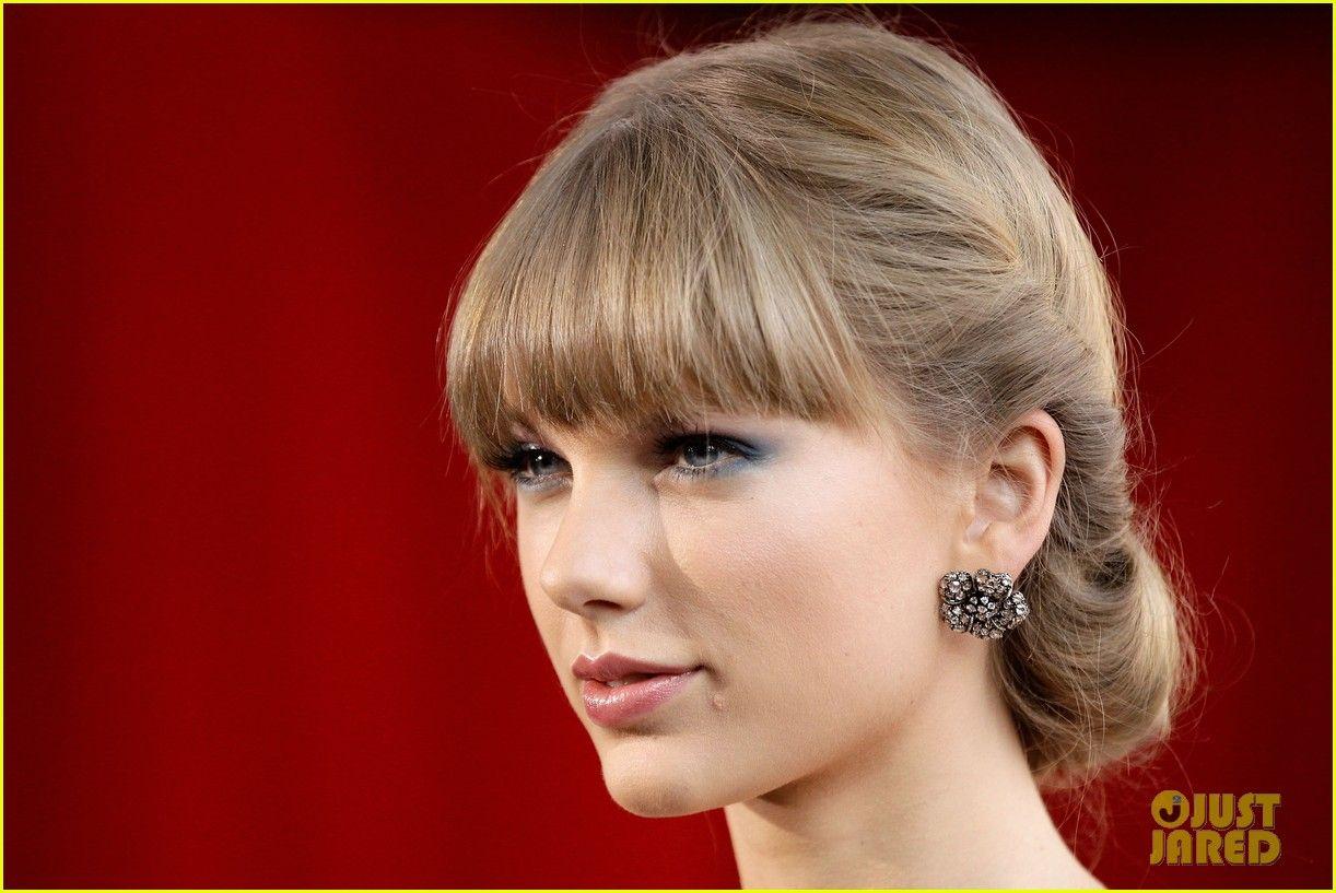 Taylor Swift dispensou seu batom vermelho e foi bem nude no ARIA Awards 2012, em Sidney.