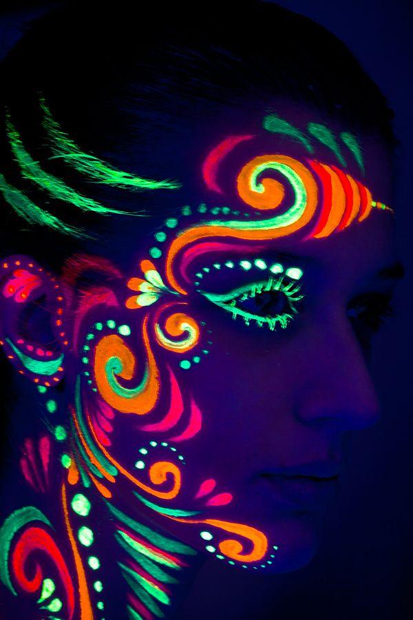Studio World Visagerie Painting Airbrusch Blacklight Painting2 Jpg 600 900 Pixels Pintura No Rosto Pintura Com Brilho Pintura Facial Neon