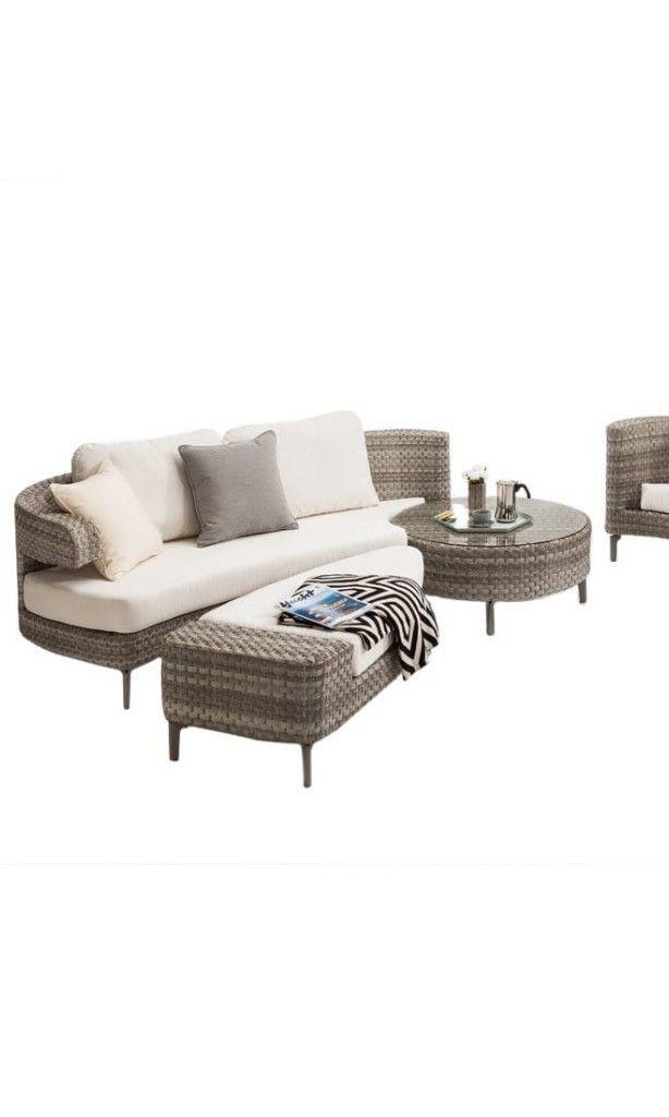 Exklusive Gartenmöbel in Wellenform mit weißen Polstern ...