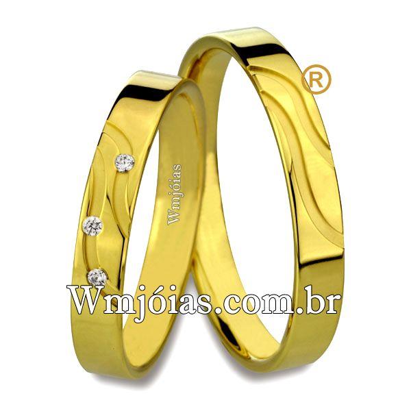Aliança de noivado e casamento Aliança em ouro amarelo 18k 750 Peso: 8 gramas o par Altura : 1,00 mm Largura: 4.5 mm Pedras: 3 diamantes de 1 ponto. Anatômico baixo Acabamento fosco e liso