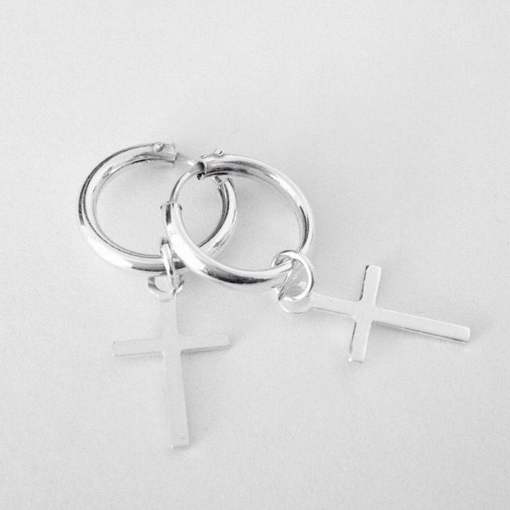 Pendientes cruz de plata de ley 925. Consigue los tuyos en www.koketta.es
