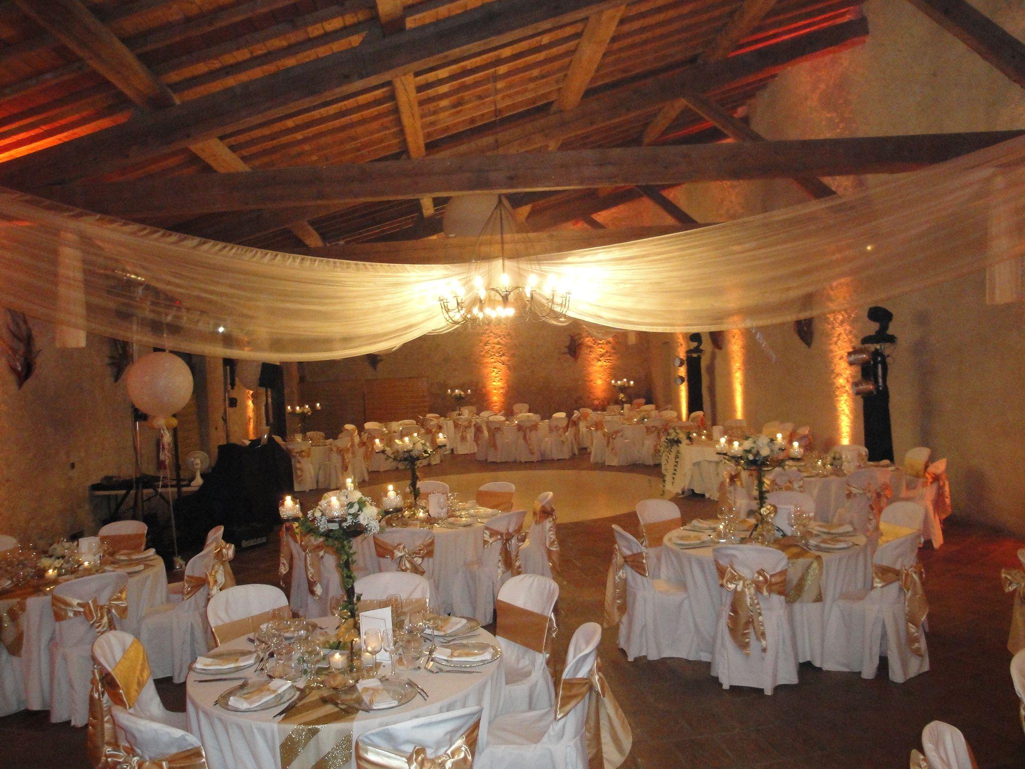 Decoration Salle De Mariage Blanc Et Dore : Cette décoration de salle dans les tons blanc et doré