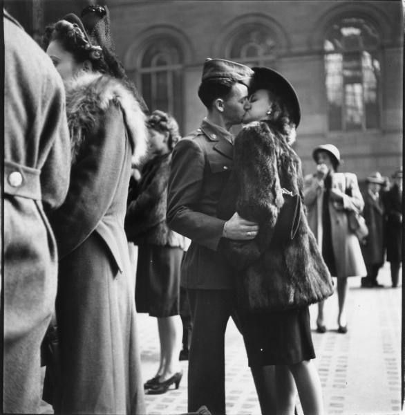 Soldiers saying goodbye at Penn Station. © Alfred Eisenstaedt