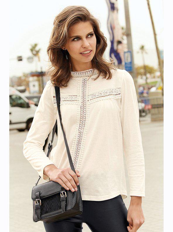 21dda7f709e Realza tu lado femenino con esta romántica camiseta de cuello mao con  aplicaciones de guipur en