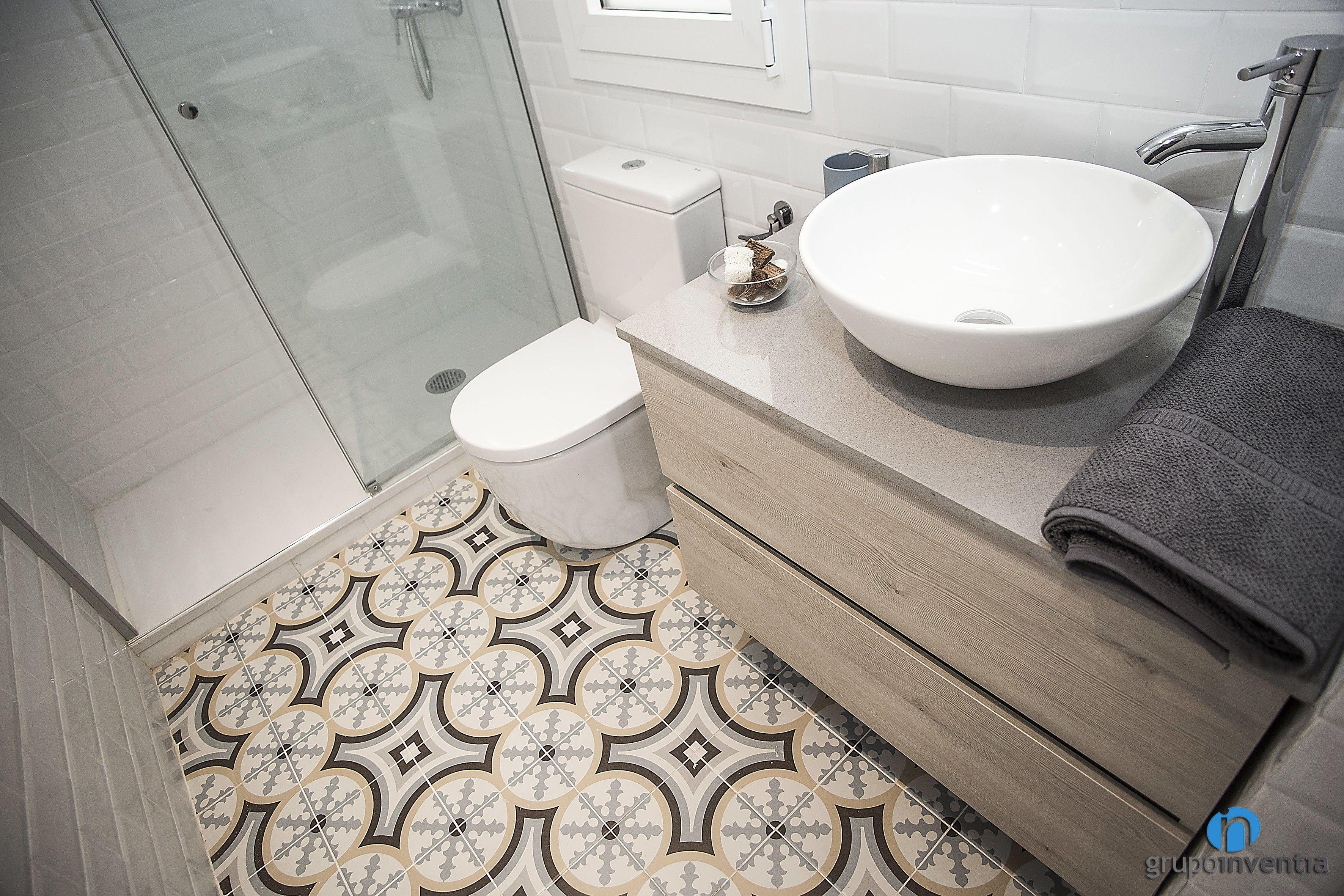 El cuarto de baño cuenta con un equipamiento sanitario que ...