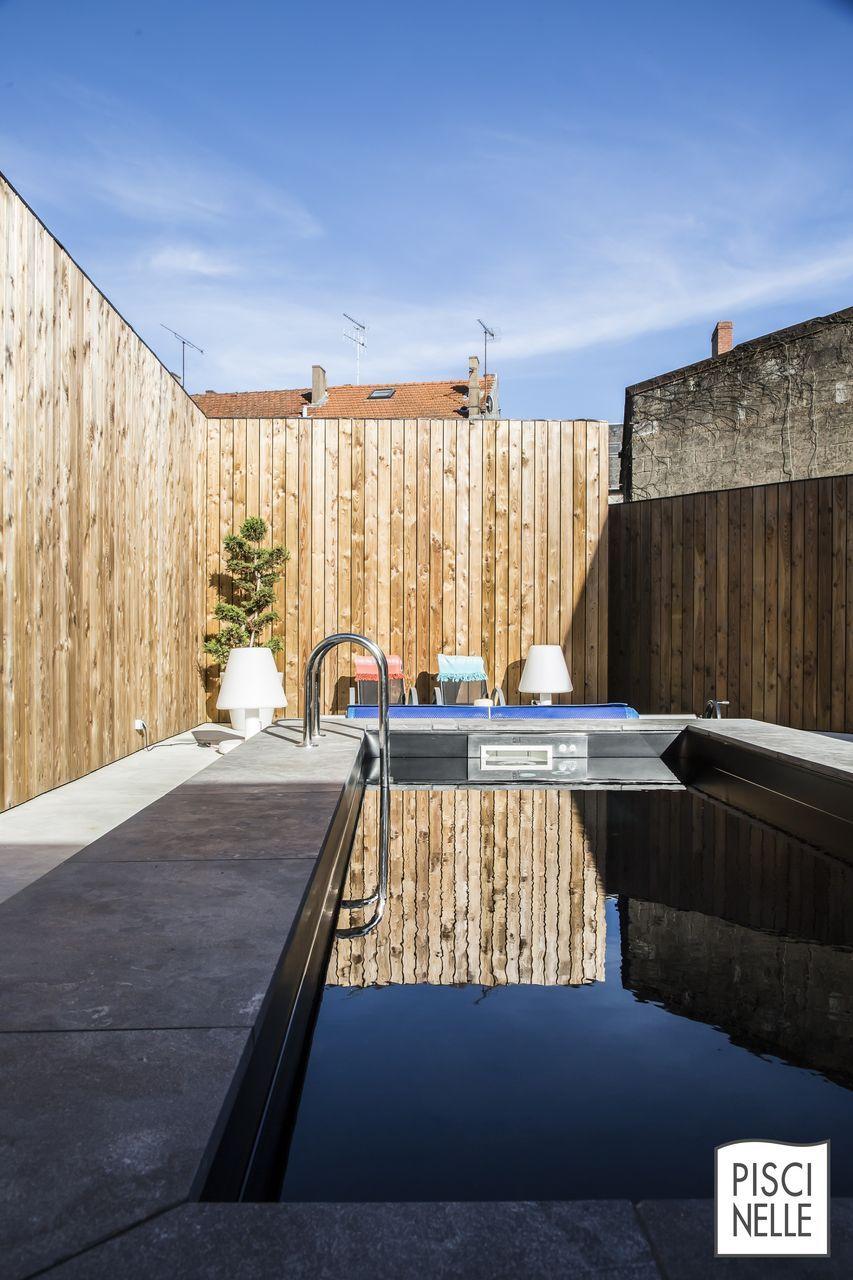 Une piscine tout en reflets comme des joyaux par milliers. Des ...