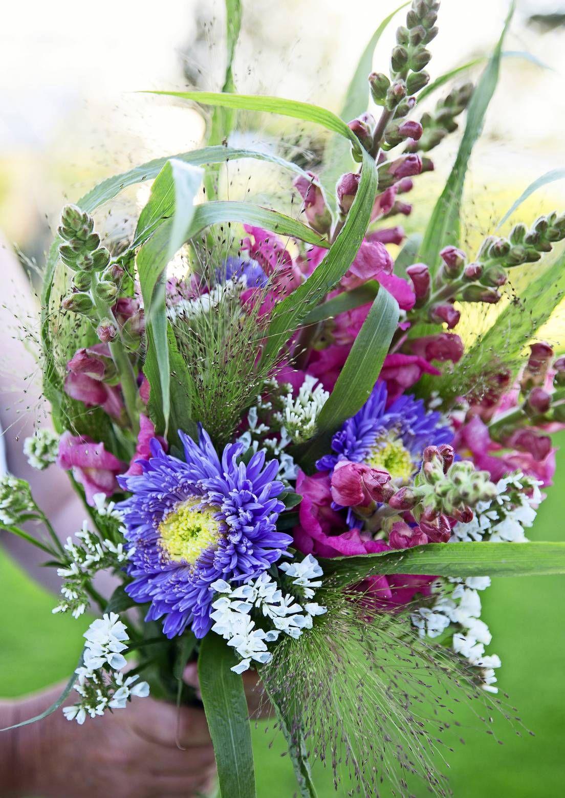 Rakkain kukkakimppu valmistuu oman puutarhan sadosta. Koristeheinät ja kauniin muotoiset lehdet keventävät kimppujen ilmettä. Lue Viherpihan vinkit.