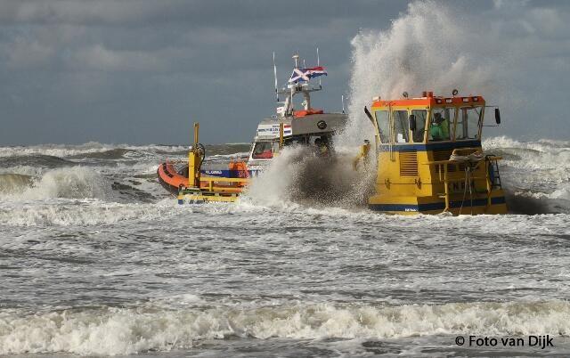 Foto van Dijk @Fotovandijk @knrmnaz Reddingboot Paul Johannes werd zondagmiddag gelanceerd voor oefening. @knrm Trok veel belangstellenden.