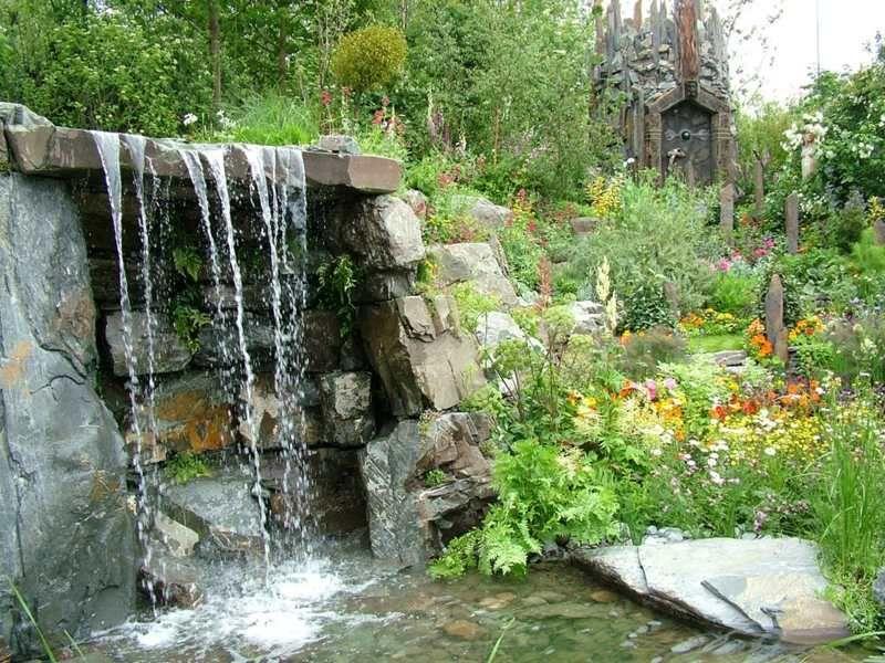 Garten steinmauer wasserfall  Wasserfall im Naturlook im lauschigen Garten | Wasser im Garten ...