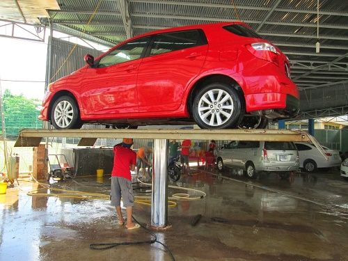 Chỉ nên sử dụng chất tẩy rửa chuyên dụng cho xe hơi