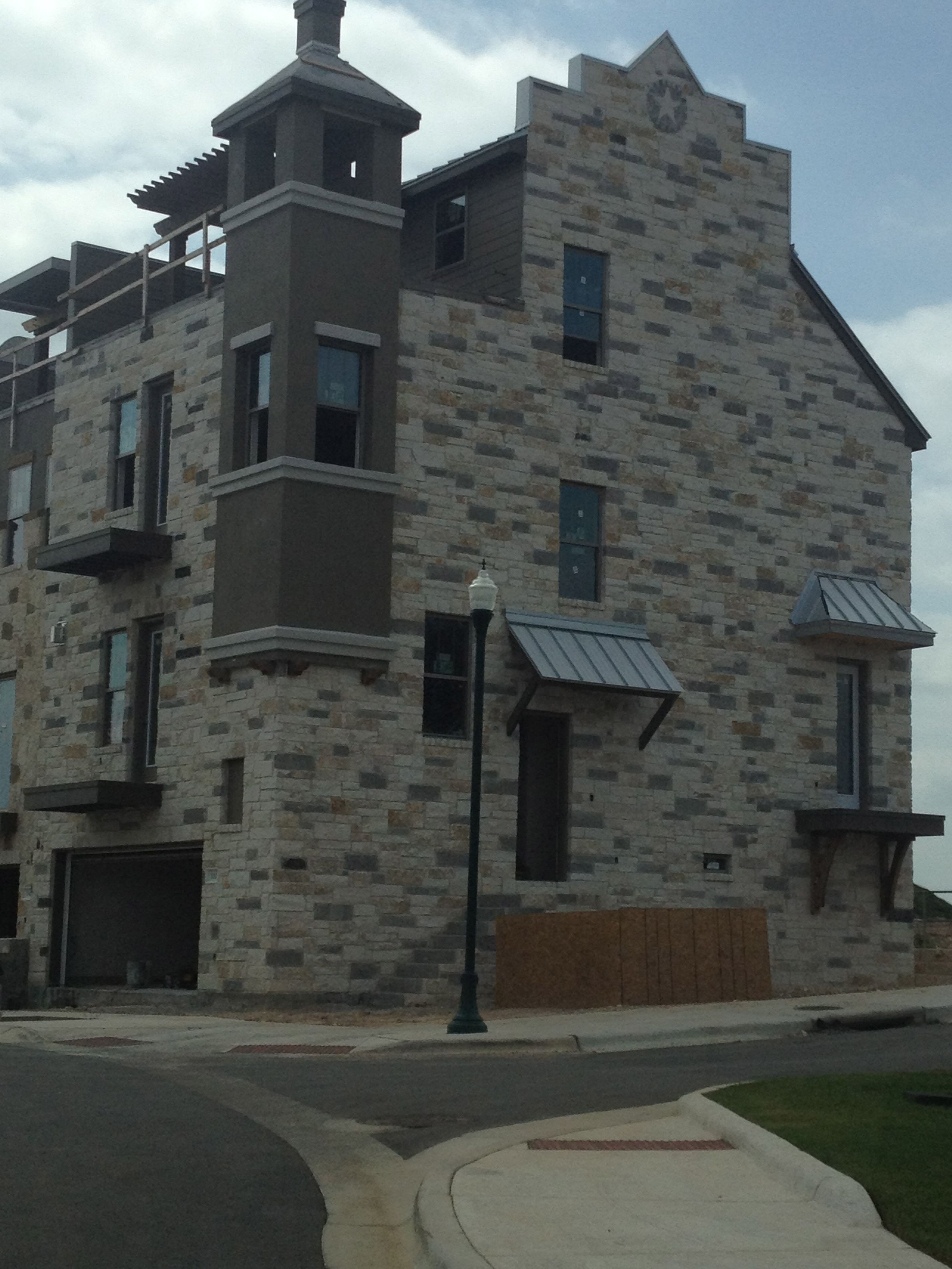 Taupe and sand stucco accents cobra stone texas mix for Stucco homes with stone accents