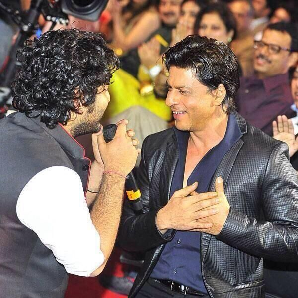 One of the many candid moments at the #MMAwards Arijit-@Omg SRK-Romance. Enough said! Tune in to @Colors 7PM tonight pic.twitter.com/sMLCstj3Vn