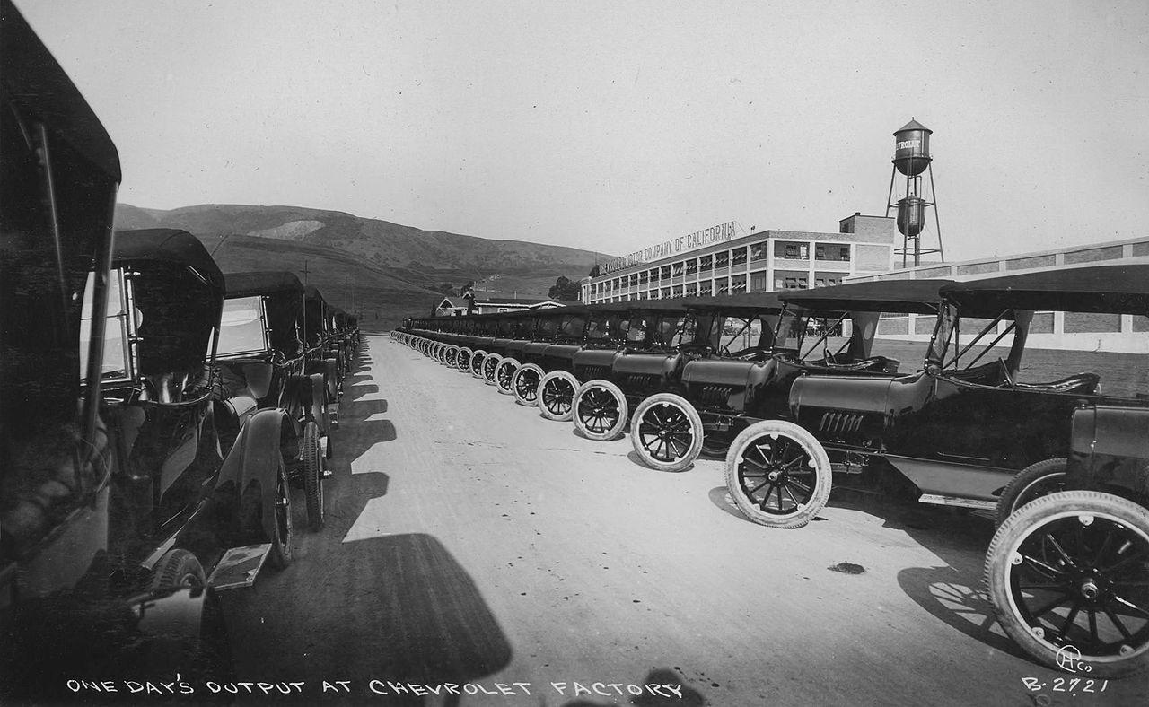 One Day S Output Of 1917 Chevrolet Automobiles At Their Major West Coast Plant Now The Location Of Eastmont Town Center Autos Fotos Antiguas De Epoca
