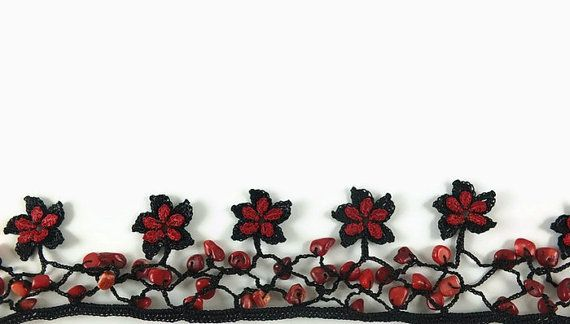 Negro y rojo Oya flores collar de ganchillo con cuentas de