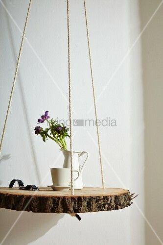 Rustikale Baumscheibe an Seilen … – Bild kaufen