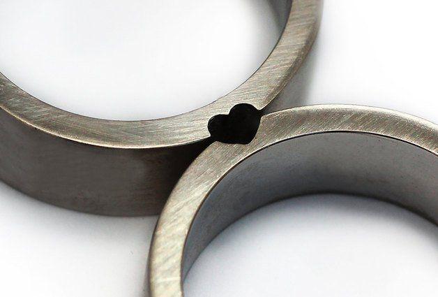 Dieser Satz würde die perfekte Hochzeitsbänder oder Versprechen Ringe zu machen. Zwei Ringe. Eine Liebe. Als die Frauen genießt den runden Teil des Herzens und der Mann hat die schärfere Kante....