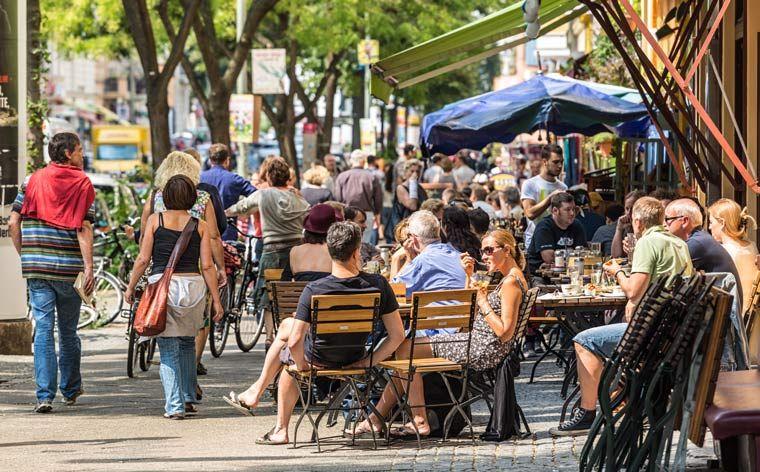Saksan pääkaupungista on tulossa monipuolinen ruokamatkailun kohde. Tutustu kuuteen Berliinin kaupunginosaan ja maistele kaupungin herkullisimpiin kuuluvia ruokia