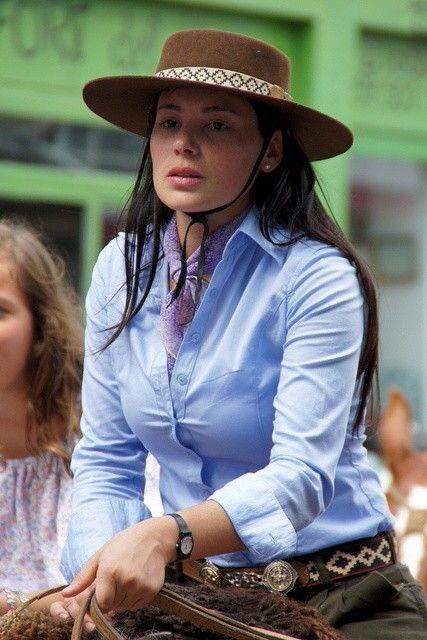 Gaúcha em trajes típicos. Estado do Rio Grande do Sul, região Sul do Brasil.