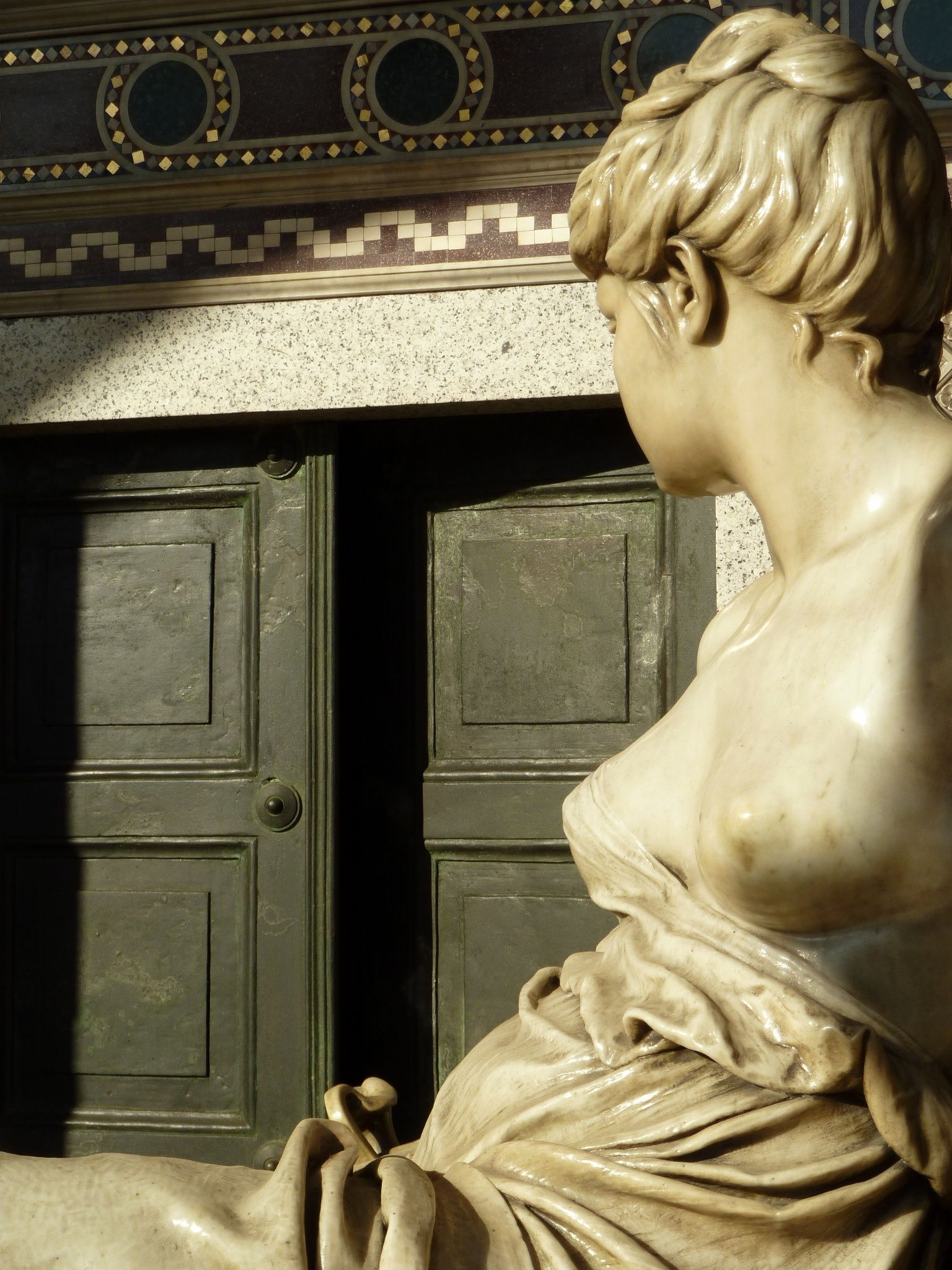 La veglia al sepolcro. Monumento Brondelli di Brondello, Giacomo Ginotti, Torino - Cimitero Monumentale