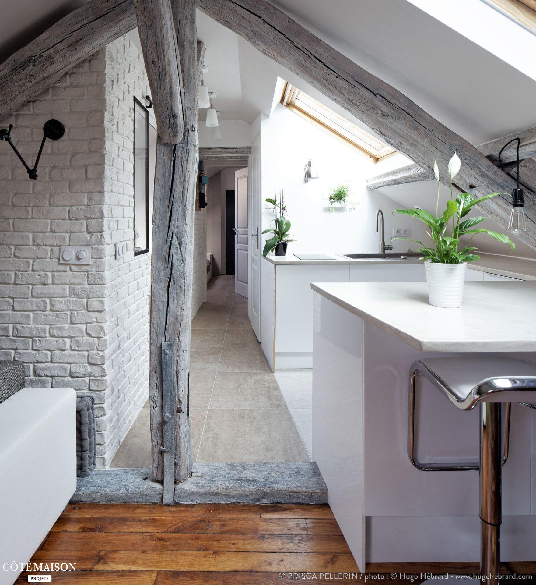Un appartement sous les combles, aux sublimes poutres apparentes ...