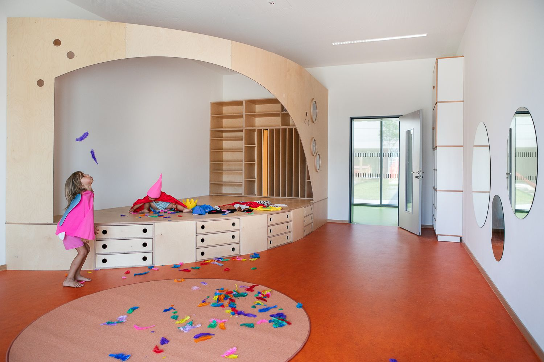 Vorhang Auf Eine Buhne Im Mehrzweckraum Mehrzweckraum Kindergarten Kinder