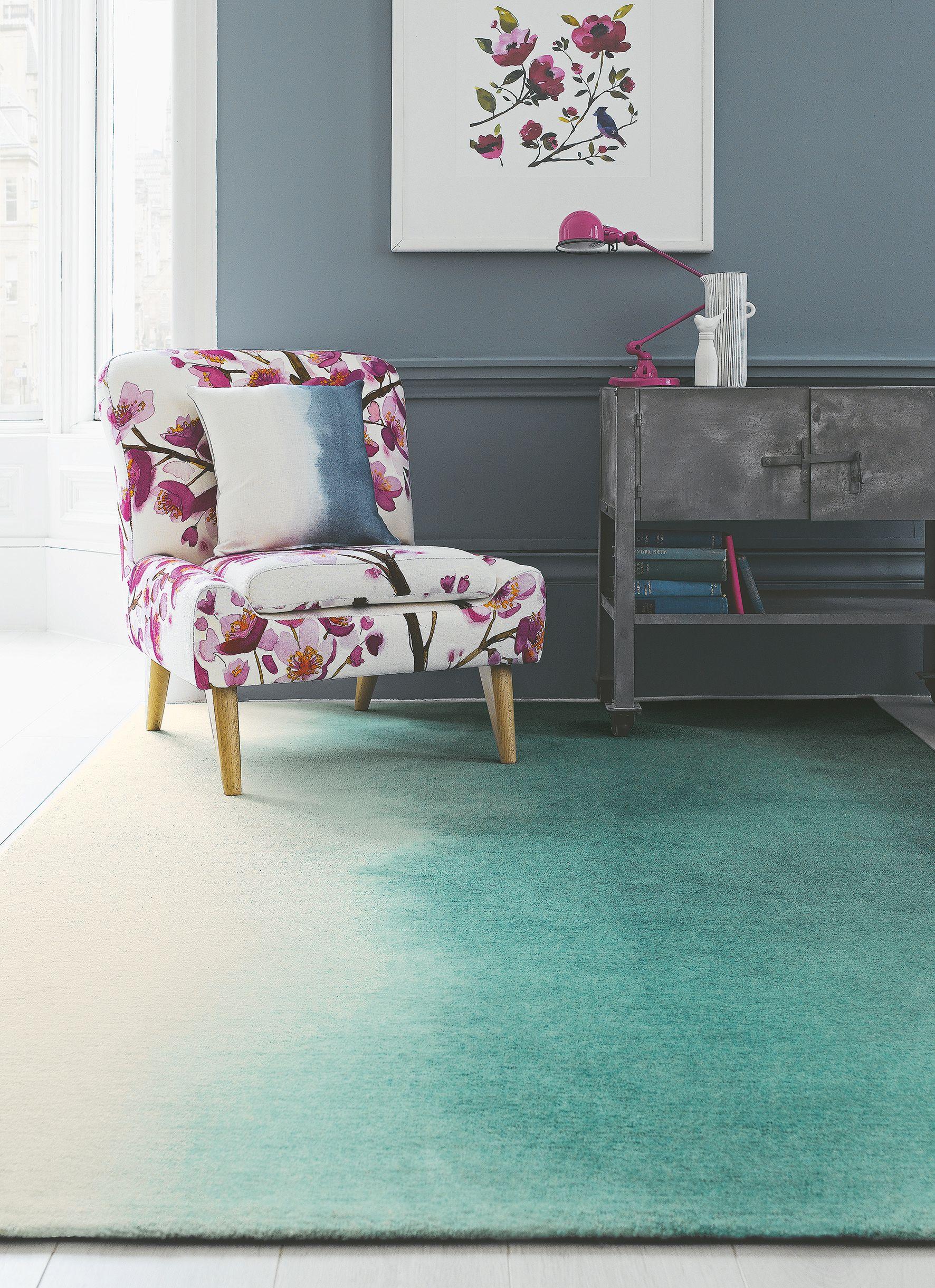 Wandfarben Und Teppich Sorgen Für Eine Kühle Stimmung, Der Sessel Mit Einem  Überzug Von Bluebellgray Hält Dagegen