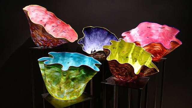Amazing glass bowls by Dale Chihuly. oh to be rich enough to own one of these beauties....