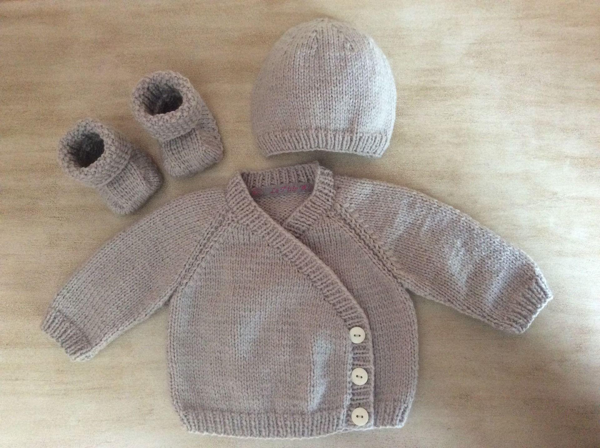 3b5787f13f100 Ensemble Bébé naissance à 1 mois Gilet Bonnet Chaussons tricotés main en  laine Couleur gris perle ...