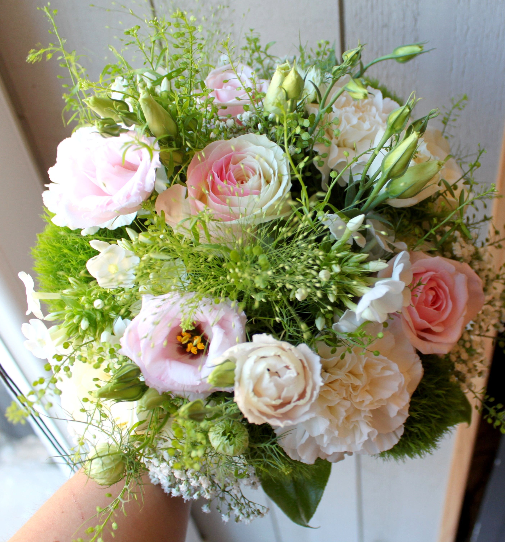 bouquet de mari e champ tre chic rose blanche lisianthus. Black Bedroom Furniture Sets. Home Design Ideas