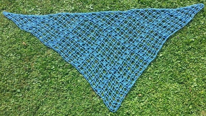 Netz-Dreieckstuch aus Chenille-Bändchenwolle | handarbeiten ...