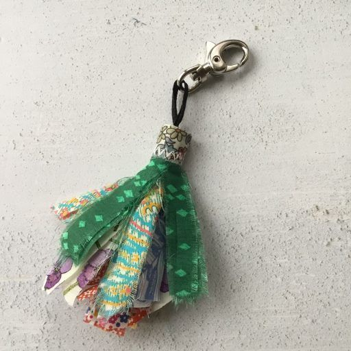 Tutorial: Scrap fabric tassels #scrapfabric