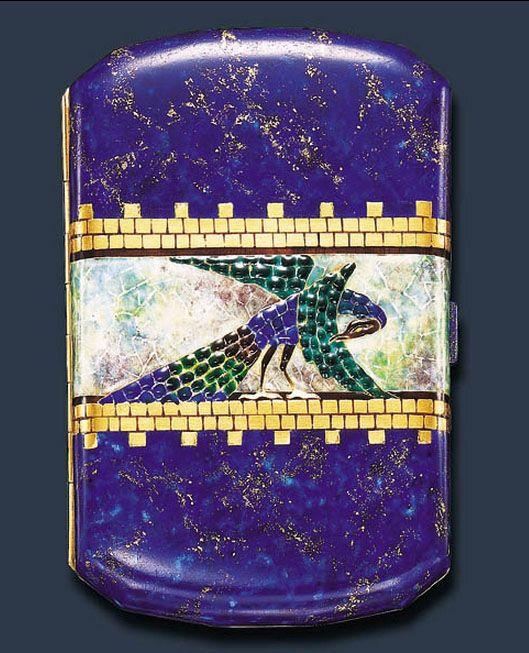 Une boite a cigarette Art Deco en émail, forme coussin, au centre un « Paon » émaillé bleu, motifs briques en or 750/1000°émail vert et brun signé VAN CLEEF & ARPELS 1925: Vente Christie's (hva)