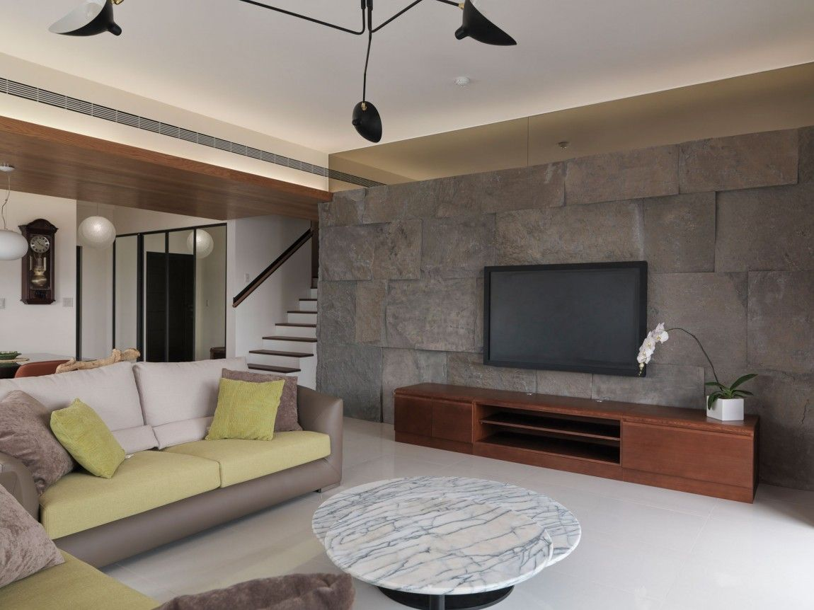 Batu alam dinding tv wood ceiling ruang keluarga for Wall patterns for living room