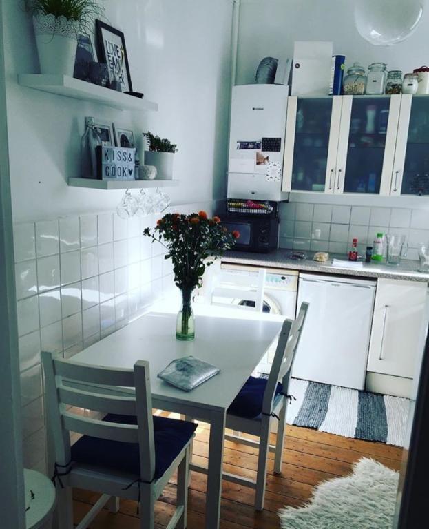 Gemütliche Küche mit Holzdielen und Sonnenschein #Hamburg #Sonne - holzdielen in der küche