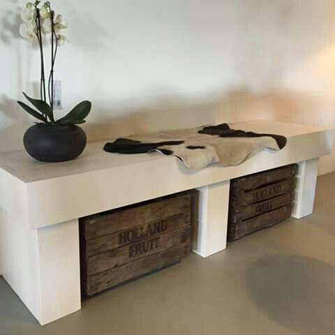 lage kast wit geschilderd steigerhout met houten kisten