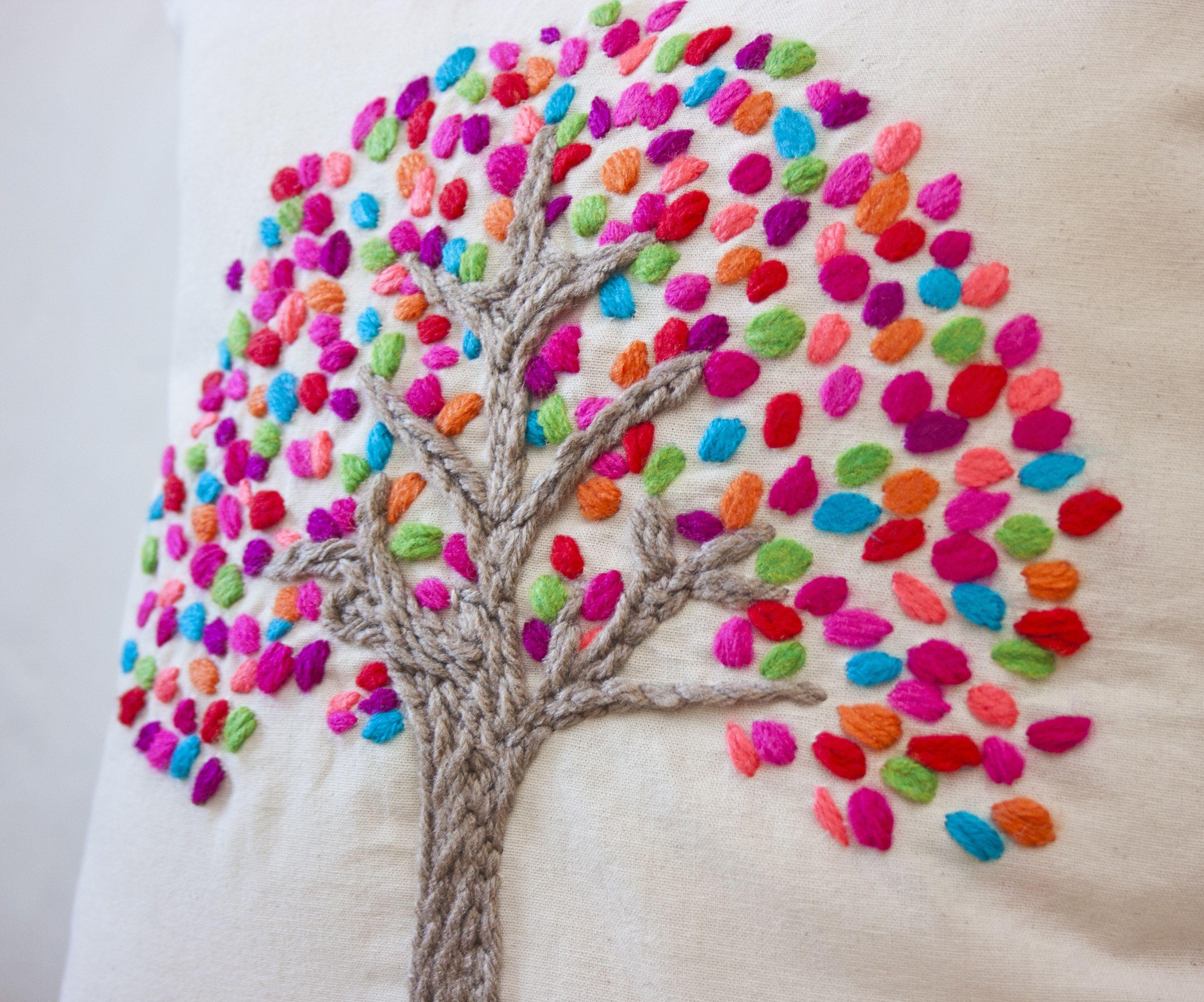 Almohadón bordado a mano con hojas de coloresMedidas: 40x40 cm ...