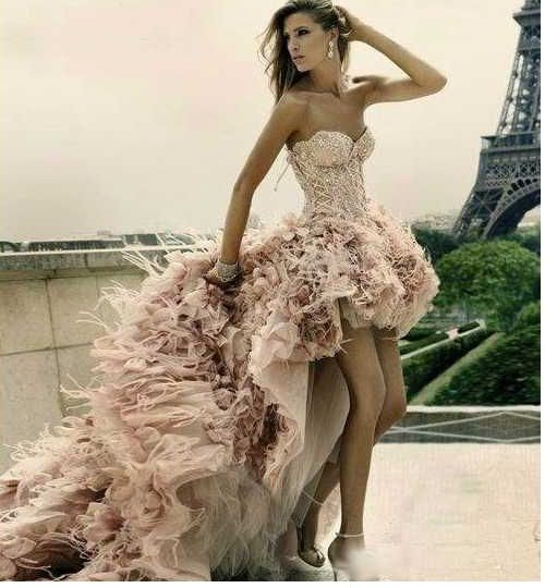 Oscar de La Renta flush pale pink unconventional wedding dress that I think looks AMAZING. Not every bride dreams of being the same.