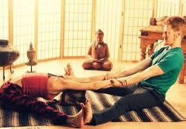 Resultado de imagen para yoga en pareja