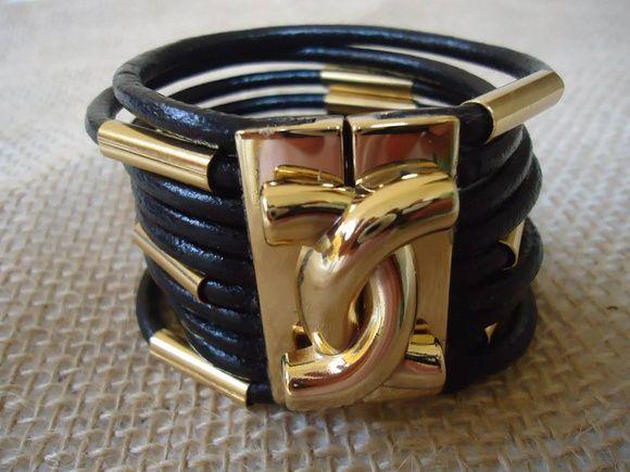 Bracelete de couro com entremeio fecho com ímã nas cores preto, bege, nude, marrom tamanho 17 cm a 22 cm prata ou dourado R$ 59,99